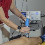 Naturheilkunde: Stoßwellentherapie am Knie